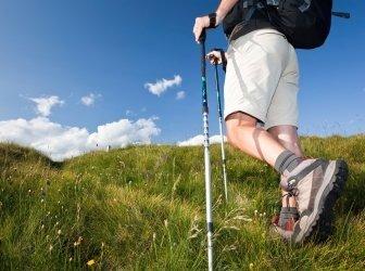 Wanderer zu Fuß auf einer Berg Weg.