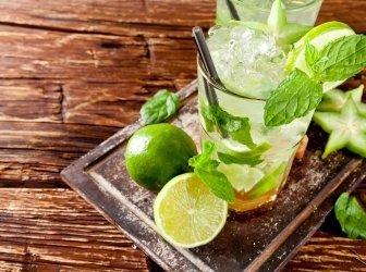 Frischen mojito Drink auf Holz-Hintergrund