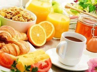Komposition mit Frühstück auf dem Tisch. Ausgewogene Ernährung.