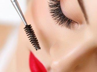 Frau Auge mit schönen Make-up und lange Wimpern. Wimperntusche Brus