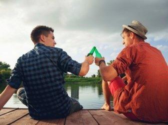 Zwei junge Männer Sie sich nahe dem Fluss