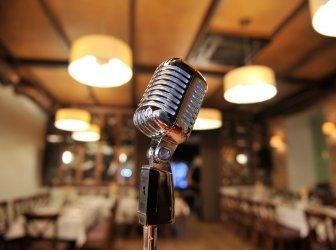 retro-Mikrofon auf dem Zimmer pizzeria
