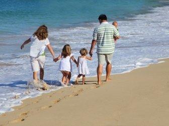 Familie gehen am Strand zusammen, Insel Oahu, Hawaii