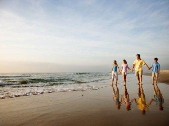 Familie gehen am Strand