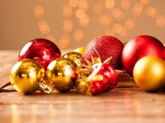Weihnachtskugeln auf einem Holztisch