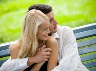 Schönes Paar auf Parkbank