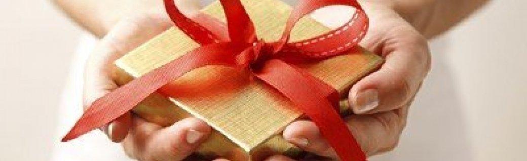 Giving a gift, Quelle: ©mikanaka_iStock_