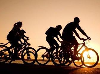 Freunde auf Fahrrädern