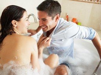 Schönes Paar ist eine Badewanne
