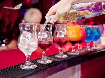 Barkeeper serviert exotische cocktails