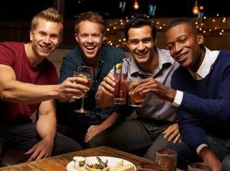Porträt eines männlichen Freunde genießen Sie den Abend in der Bar auf dem Dach