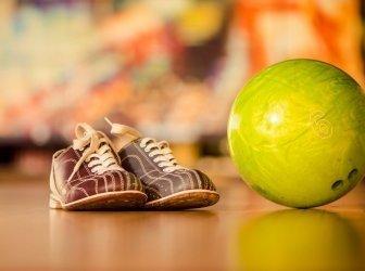 Bowlingbald und Schuhe
