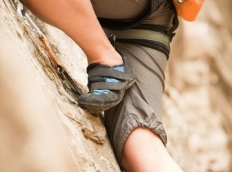 Weibliche Felsklettern Beine