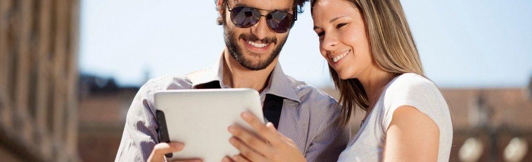 Tourist benutzt ein digitales Tablet, Quelle: Minerva Studio/istockphoto