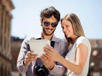 Tourist benutzt ein digitales Tablet