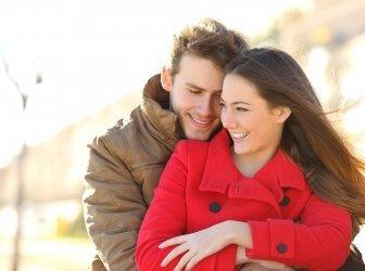 Paar trifft sich und umarmt sich in Liebe in einem Park