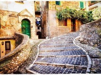 Beeindruckende alte Straße in einem italienischen Dorf