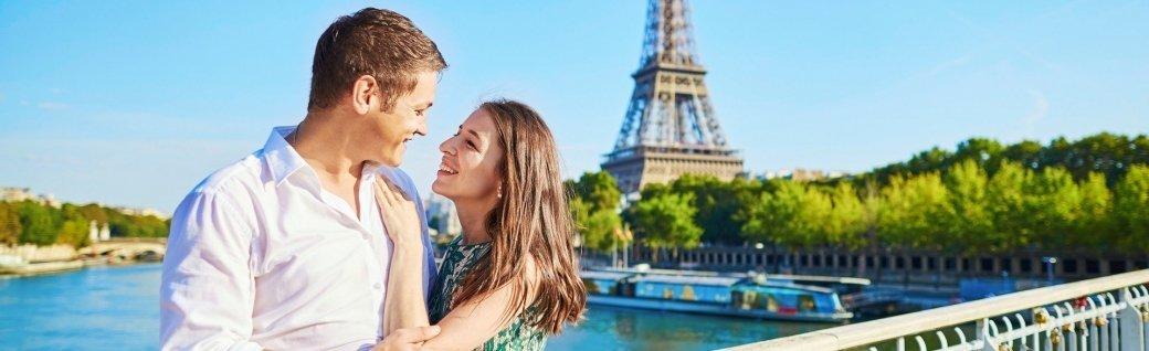 Junges romantisch verliebtes Paar verbringt den Urlaub in Paris, Frankreich, Quelle: © encrier / istockphoto