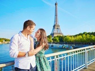 Junges romantisch verliebtes Paar verbringt den Urlaub in Paris, Frankreich