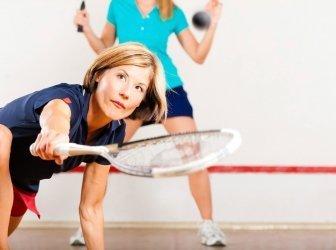 Gruppe von Freunden beim Squash