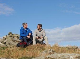 Zwei Männer hält für Rest auf Land zu Fuß