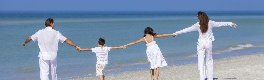 Mutter, Vater und Kinder laufen am Strand , Quelle: ©dmbaker/ istockphoto