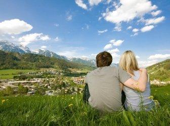Paar im Sommerurlaub - Hintergrund Schladming -
