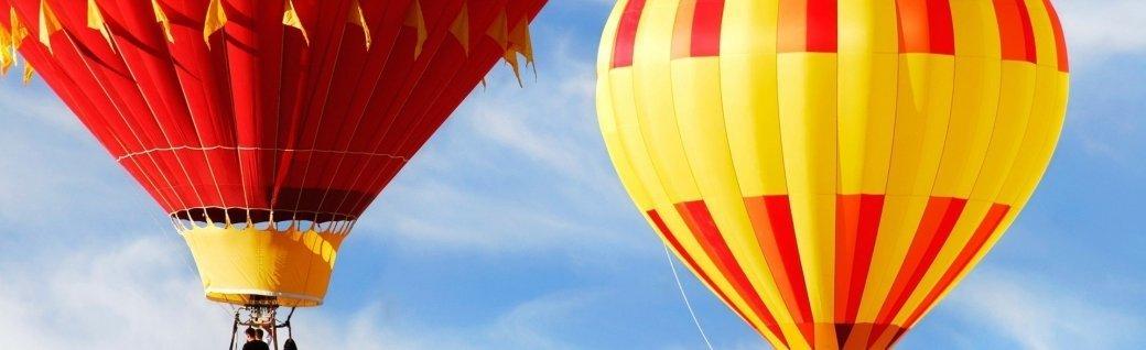 Zwei bunte Heißluftballons  , Quelle: ©blueenayim/istockphoto