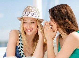 schwatzendes Mädchen im Café am Strand