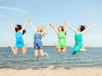 Lächelnd Mädchen springen am Strand