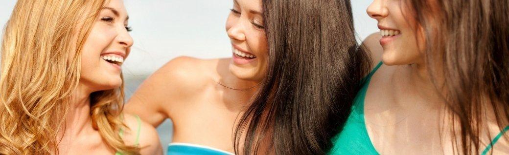 Lächelnd Mädchen zu Fuß am Strand, Quelle: dolgachov / istockphoto