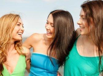 Lächelnd Mädchen zu Fuß am Strand