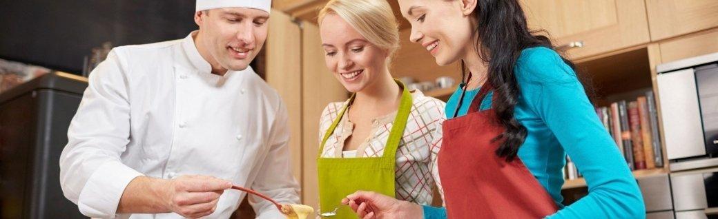Glückliche Frau Koch Kochen und Backen in der Küche, Quelle: dolgachov/istockphoto