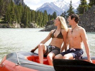 Mann und Frau Rafting