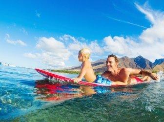 Vater und Sohn beim Surfen