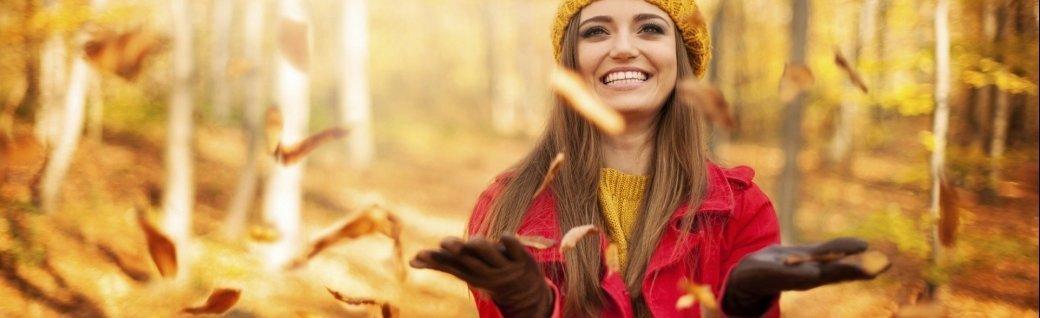 Glückliche Frau wirft Blätter   , Quelle: ©gpointstudio/istockphoto