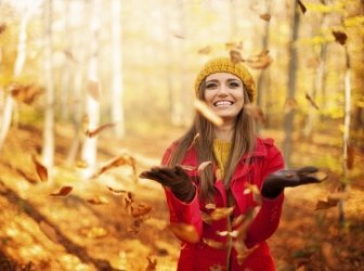 Glückliche Frau wirft Blätter
