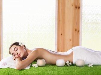 Junge Frau liegt zur Massage auf dem Bauch