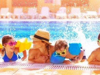 Glückliche Familie im Pool