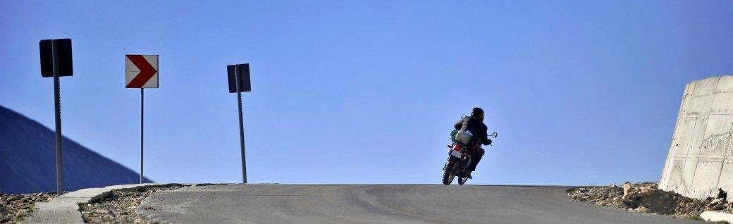 Motorradfahrer auf Transalpina Straße, Quelle: roibu/istockphoto