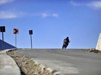 Motorradfahrer auf Transalpina Straße
