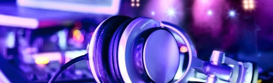 Dj Mischpult mit Kopfhörern, Quelle: maxoidos/istockphoto