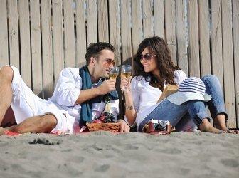 Junges Paar genießen ein Picknick am Strand