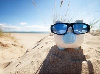 Sparschwein auf Strand-Urlaub