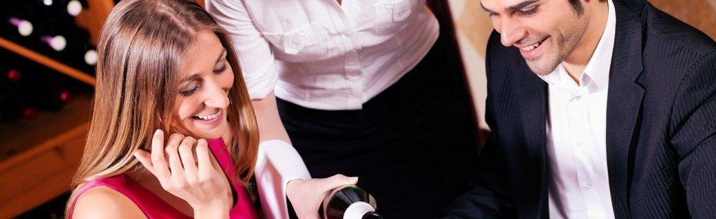 Kellnerin füllen Gläser mit Champagner, Quelle: kzenon/istockphoto