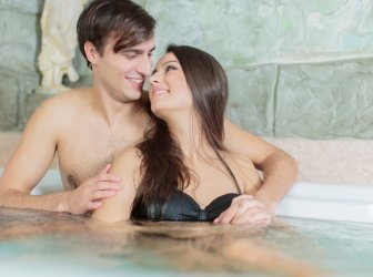 Junges Paar entspannen Sie in der heißen Wanne