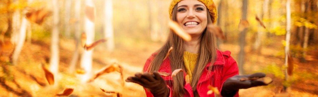 Glückliche Frau wirft Blätter, Quelle: gpointstudio/istockphoto