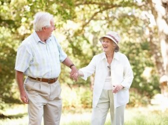 Altes Paar Walking im Park