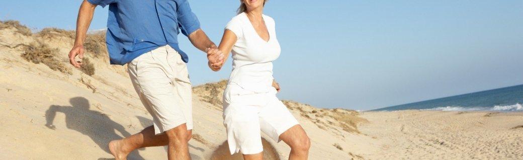 Seniorpaar genießt Strandurlaub in den Dünen, Quelle: monkeybusinessimages / istockphoto