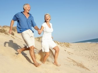 Seniorpaar genießt Strandurlaub in den Dünen